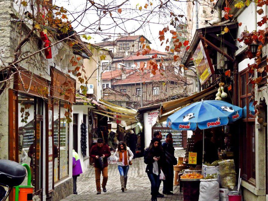 Touristen in den historischen Gassen von Safranbolu