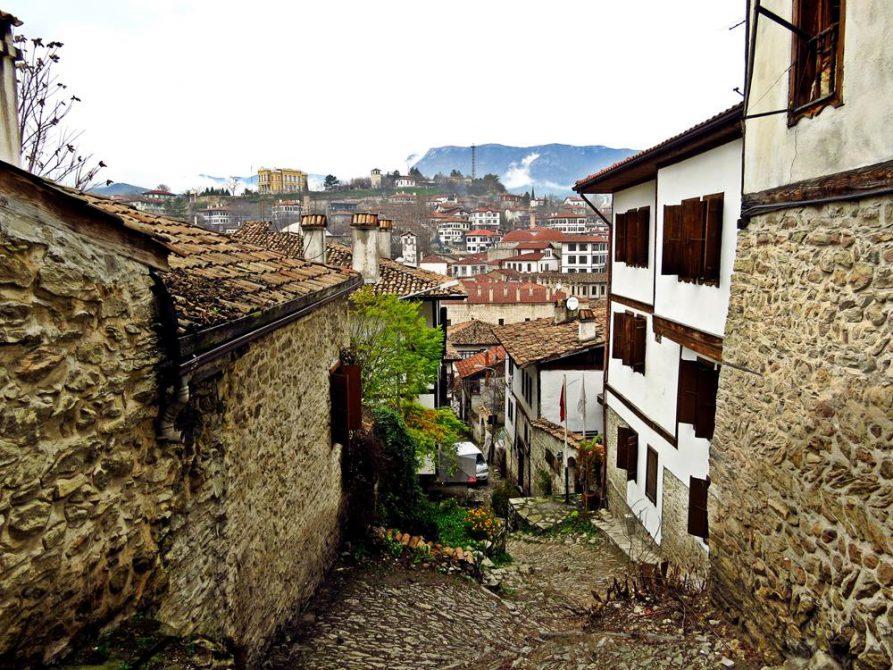 schmale Kopfsteinpflastergassen führen durch die Altstadt von Safranbolu