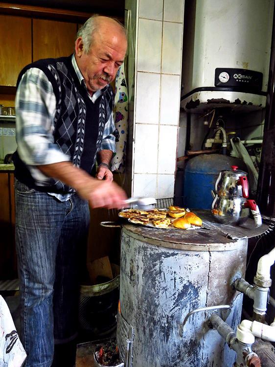 traditionelles, lokales Frühstück auf Holzofen zubereitet