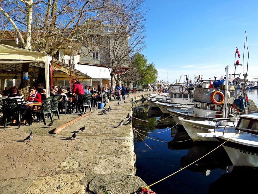 Sinops Marina mit kleiner Hafenpromenade