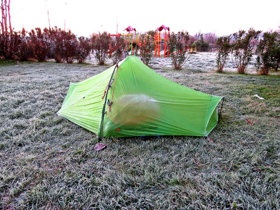 Raureif und gefrorenes Zelt