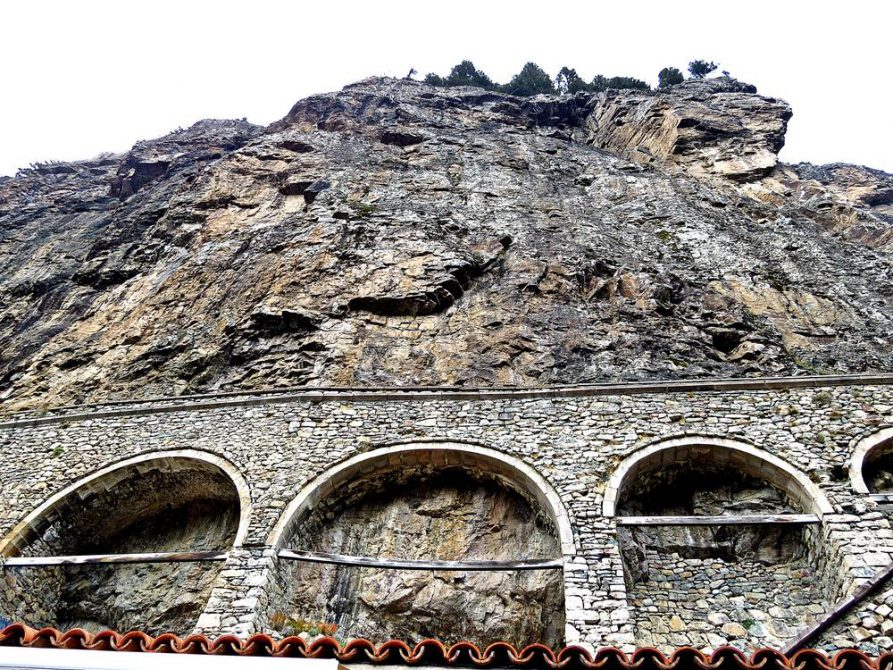 Außenmauer das Sumela-Klosters am Hang