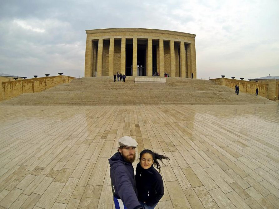 vor dem Mausoleum Atatürks