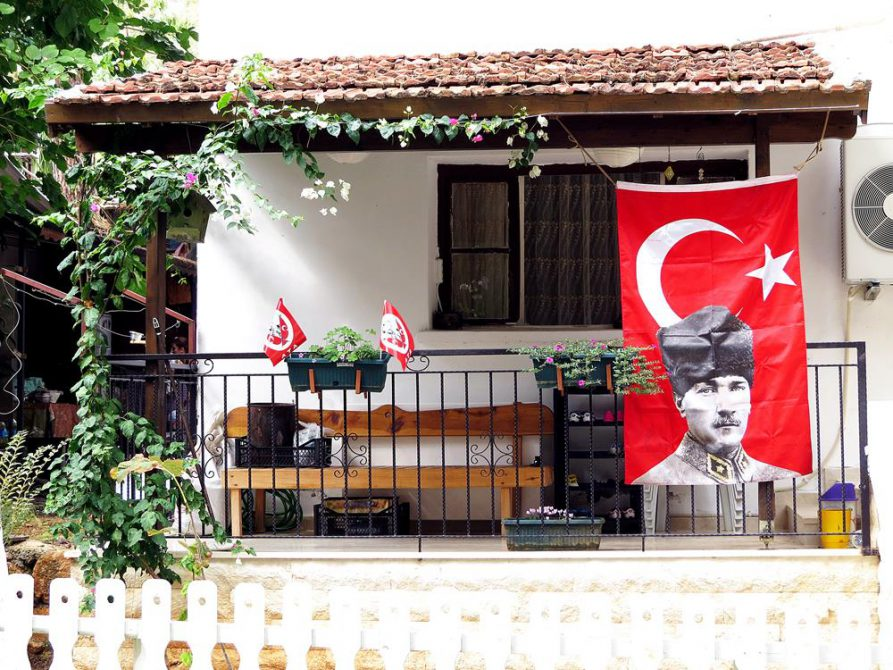 Türkeiflagge mit Atatürk vor einem Haus