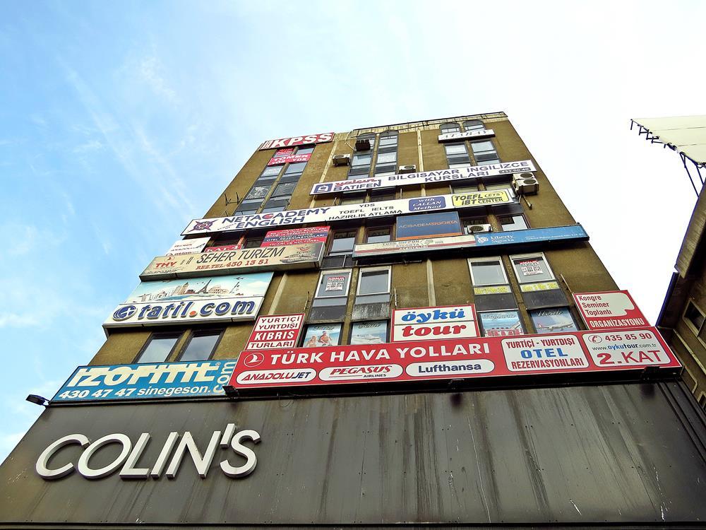 Fassade mit Werbung und Firmenlogos in Ankara