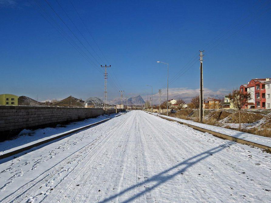 schneebedeckte Straße in Doğubeyazıt