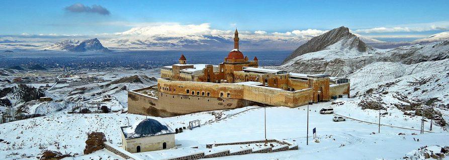 Doğubeyazıt und der Ishak-Pascha-Palast im Schnee