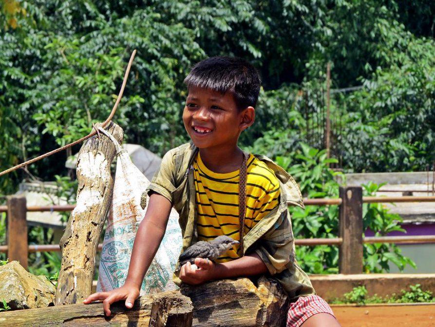 Junge mit seinem Hausvogel in Kongthong, Meghalaya, Indien