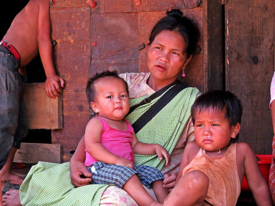 Frau mit Kindern in Kongthong, Meghalaya, Indien
