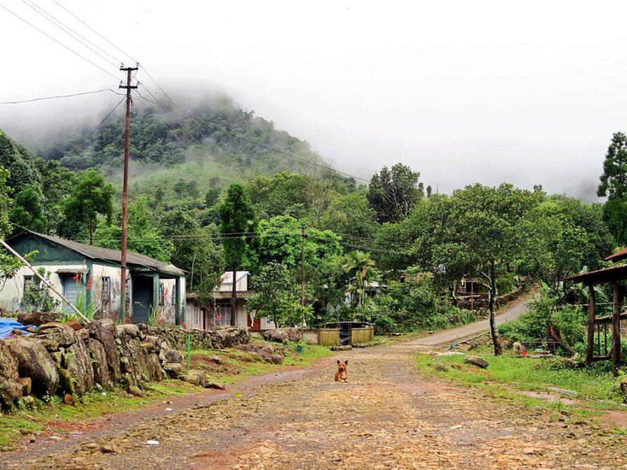 Straße in Kongthong, Meghalaya, Indien