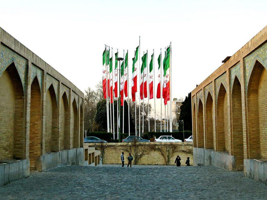 Iranflaggen vor der Khaju-Brücke