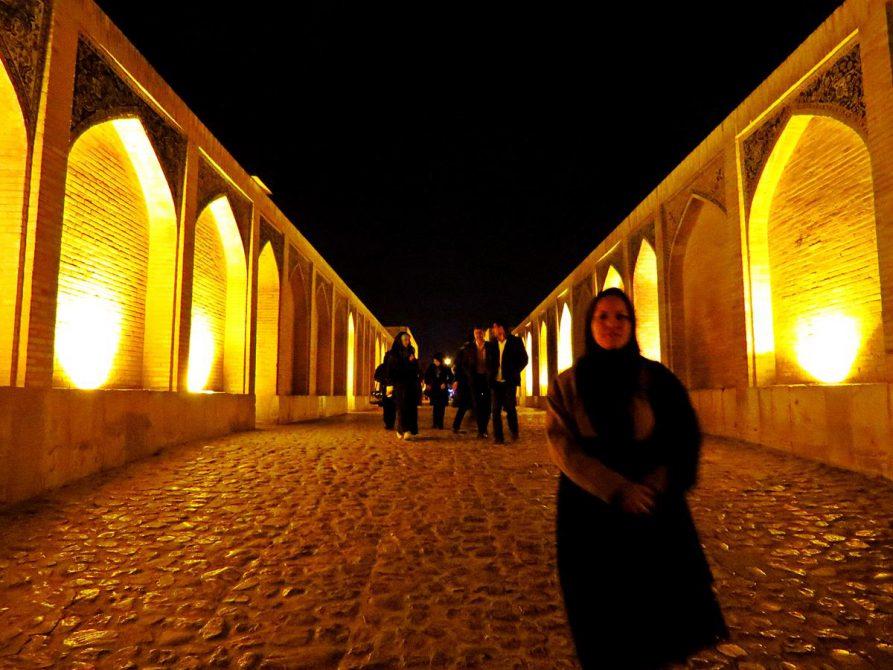 Spaziergänger nachts auf der Khaju-Brücke in Isfahan