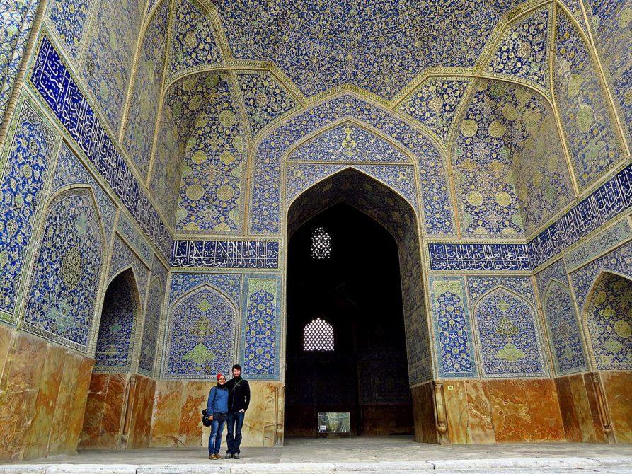 Paar vor der Masjed-e Shah, Naqsh-e Jahan, Isfahan, Iran