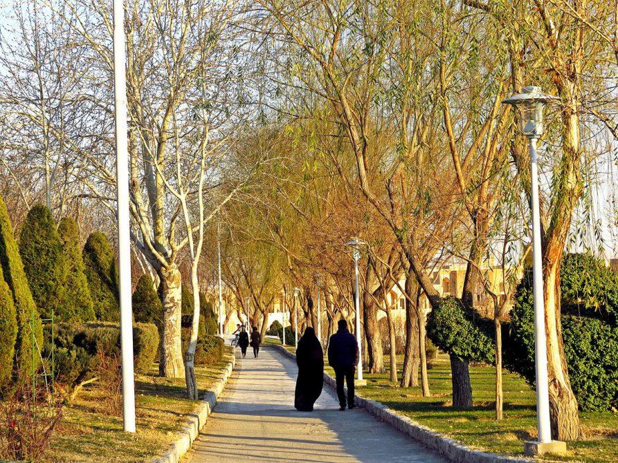 Spaziergänger schlendern am Ufer am Zayandeh, Isfahan, Iran