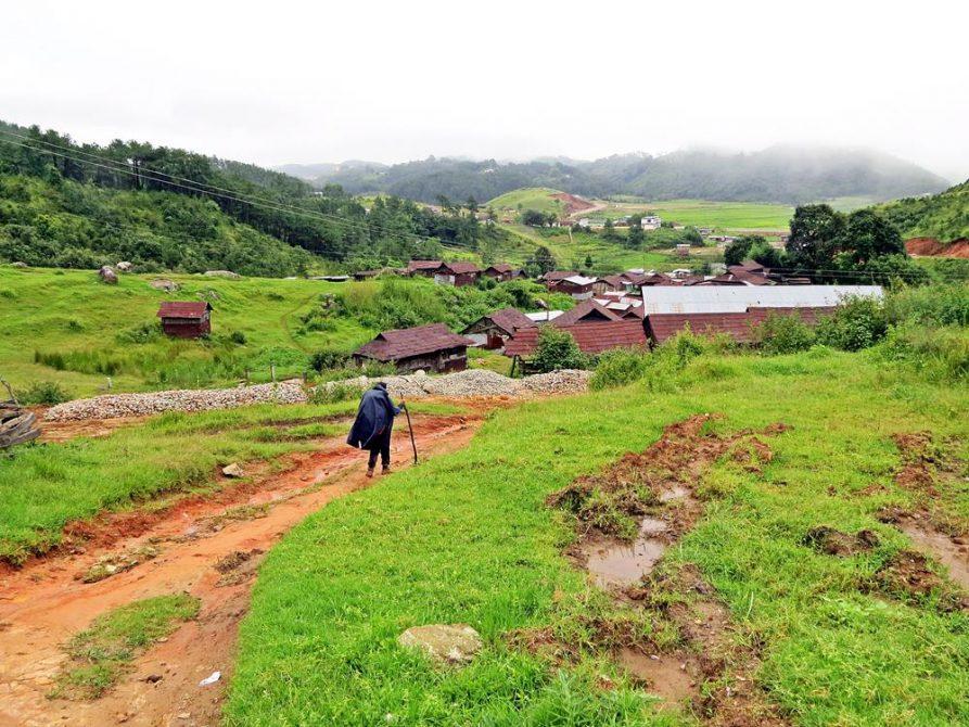 Wanderer mit Poncho auf einem Pfad, Meghalaya