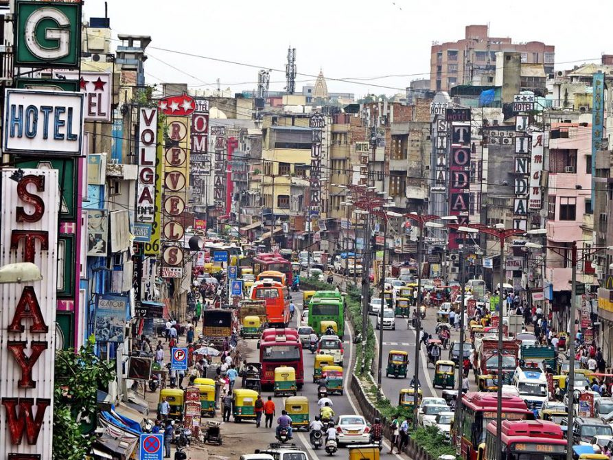 vielbefahrene Straße in Paharganj, Neu-Delhi