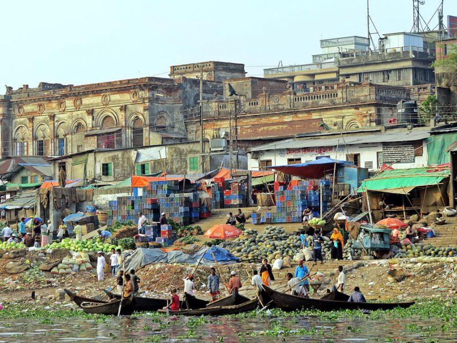 lokaler Obstmarkt am Ufer des Buriganga, Dhaka