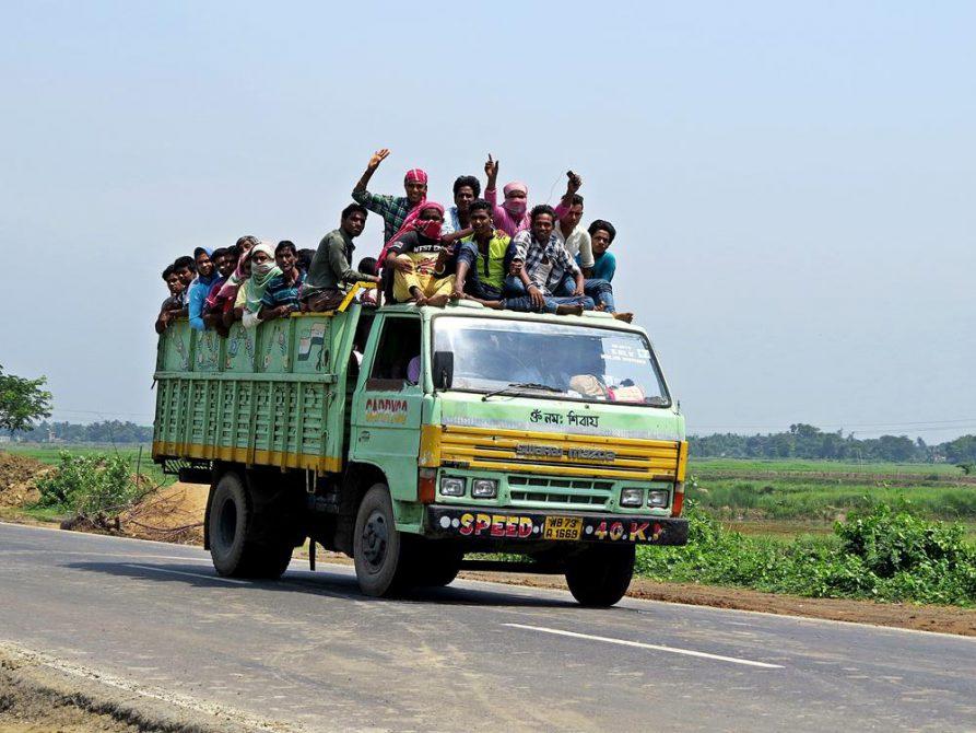 Lkw transportiert Menschen, Indien