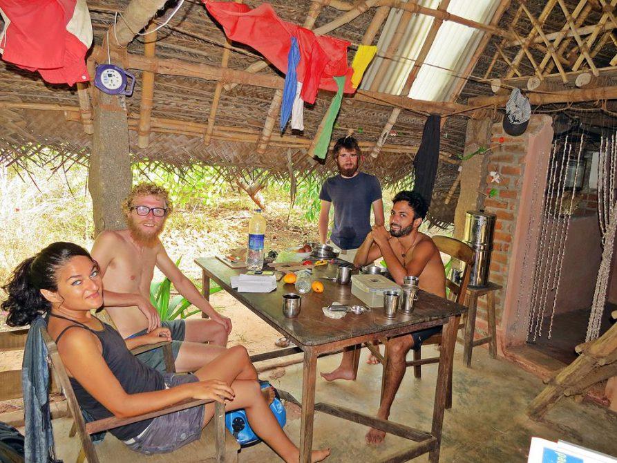 gemeinsames Frühstück in einer Hütte in der Waldsiedlung Udumbu, Auroville
