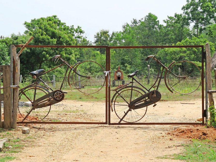 Fahrräder im Gartentor, Auroville