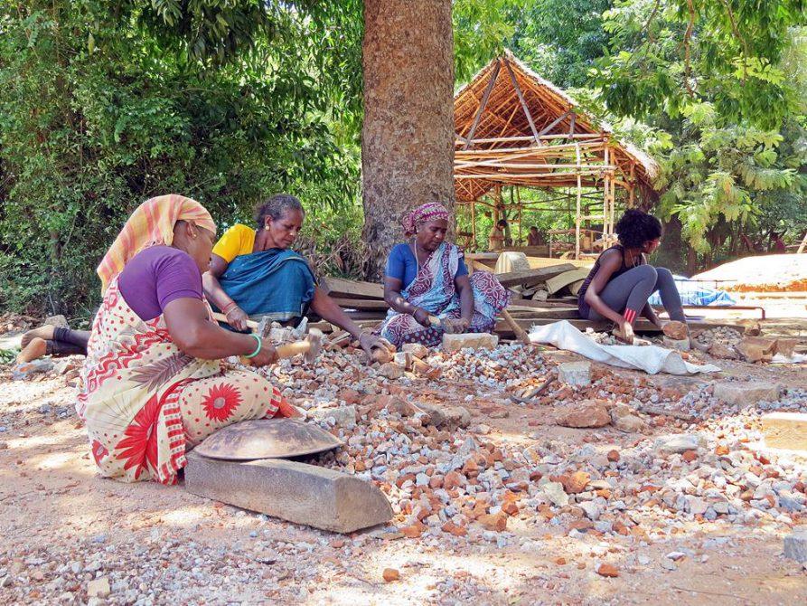 Arbeiterinnen klopfen Steine  in Auroville