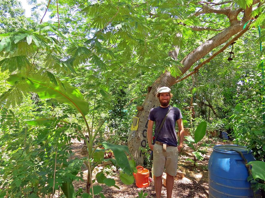 Person mit Hut im Garten, Auroville, Sacred Groves