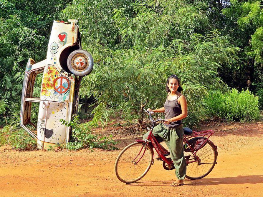 senkrecht in der Erde stehendes Auto, Auroville