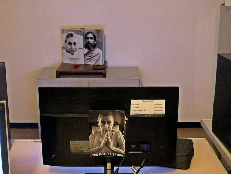 Bilder von Sri Aurobindo und La Mère im Studio von Auroville Radio