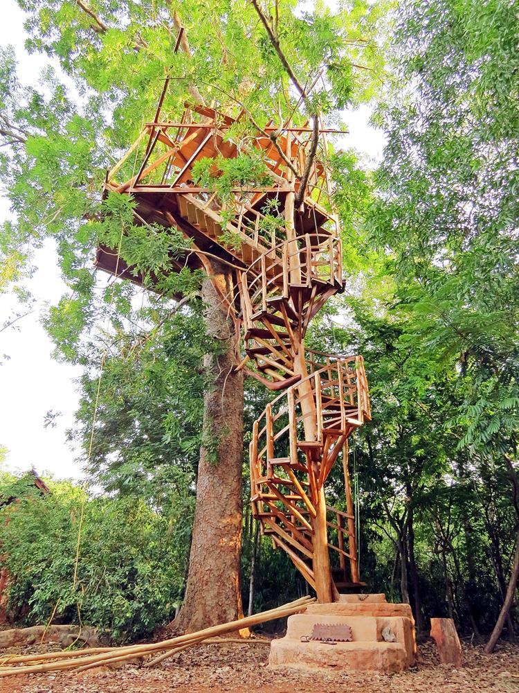 fünfstöckiges Baumhaus in der Siedlung New Lands, Auroville