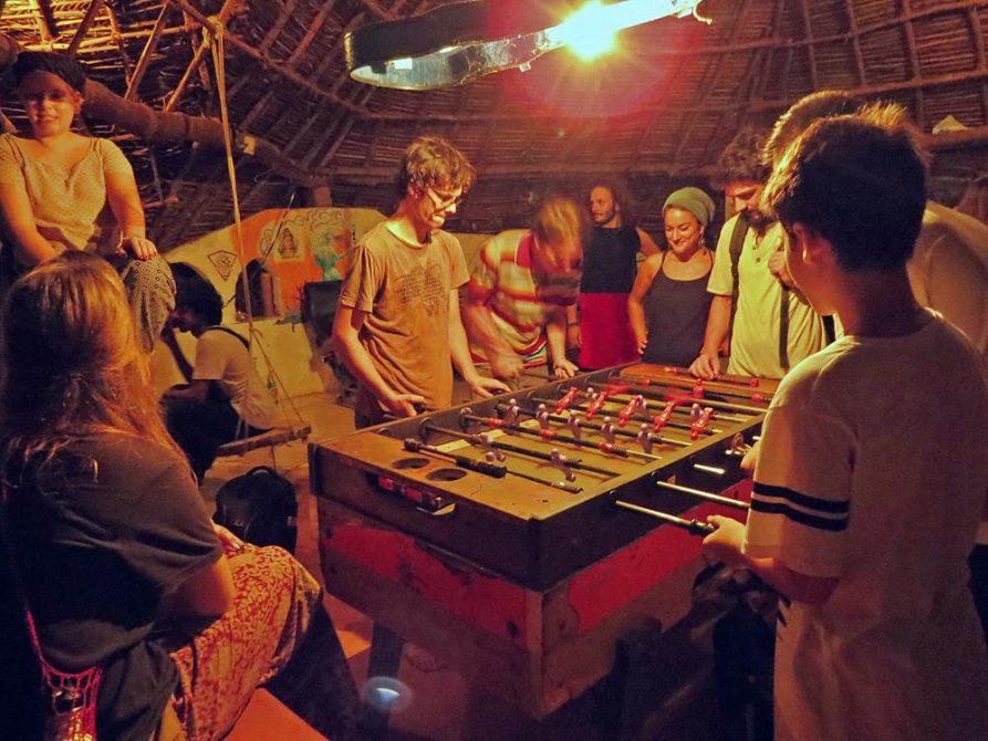 Jugndliche spielen am Kickertisch im Youth Centre von Auroville