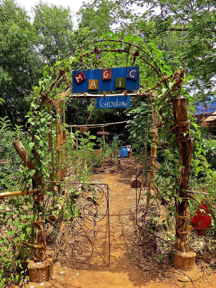 eisernes Tor zum magischen Garten Auroville
