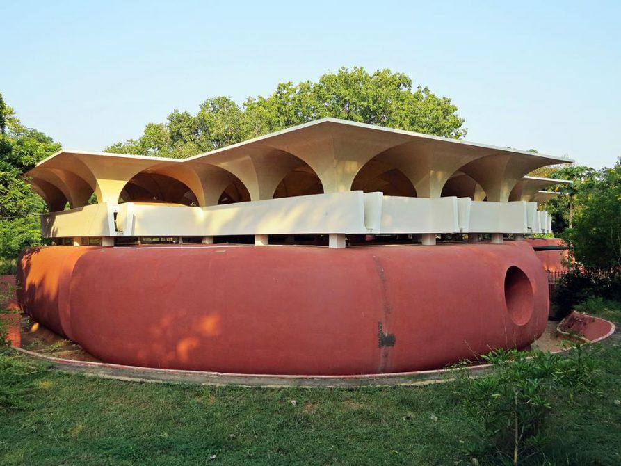 futuristische Architektur im Wald von Auroville