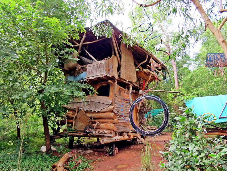 selbstgebautes, skurriles Wohnhaus im Youth Centre, Auroville