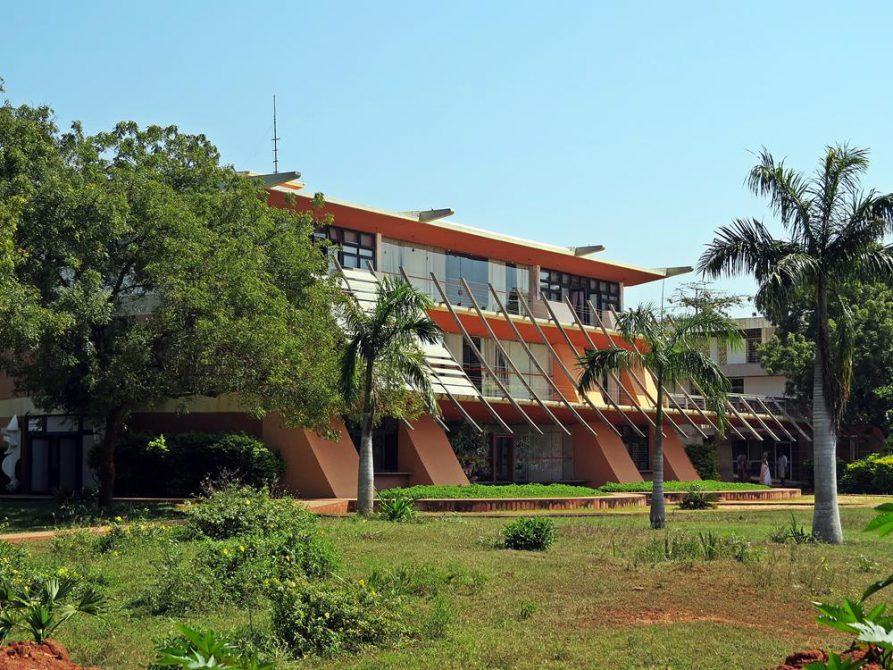 futuristisches Rathaus in Auroville