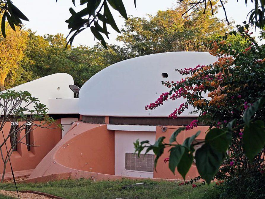 futuristische Architektur in der Siedlung Auromodelle, Auroville