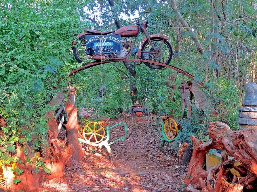 Motorrad auf Torbogen in Auroville