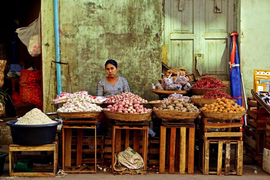 Marktfrau verkauft Kartoffeln und Zwiebeln, Mawlamyine, Myanmar
