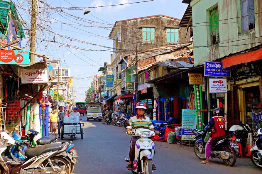 Rollerfahrer in Mawlamyine, Myanmar
