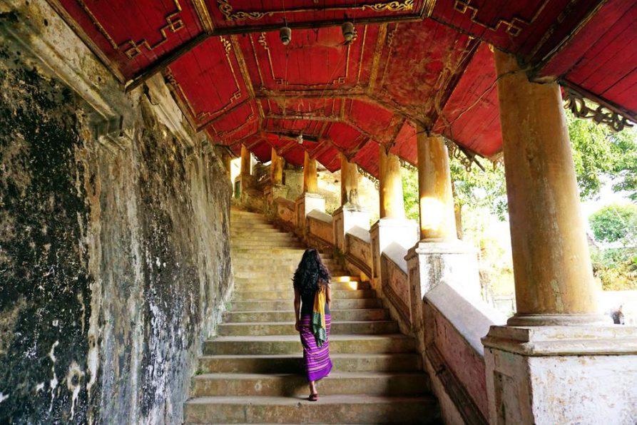 Treppen führen durch das weitläufige Seindon Mibaya Kloster