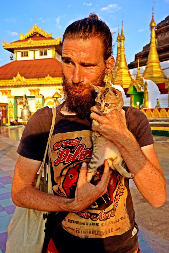 Junger Mann mit Katze, Kyaik Than Lan Pagode, Mawlamyine, Myanmar