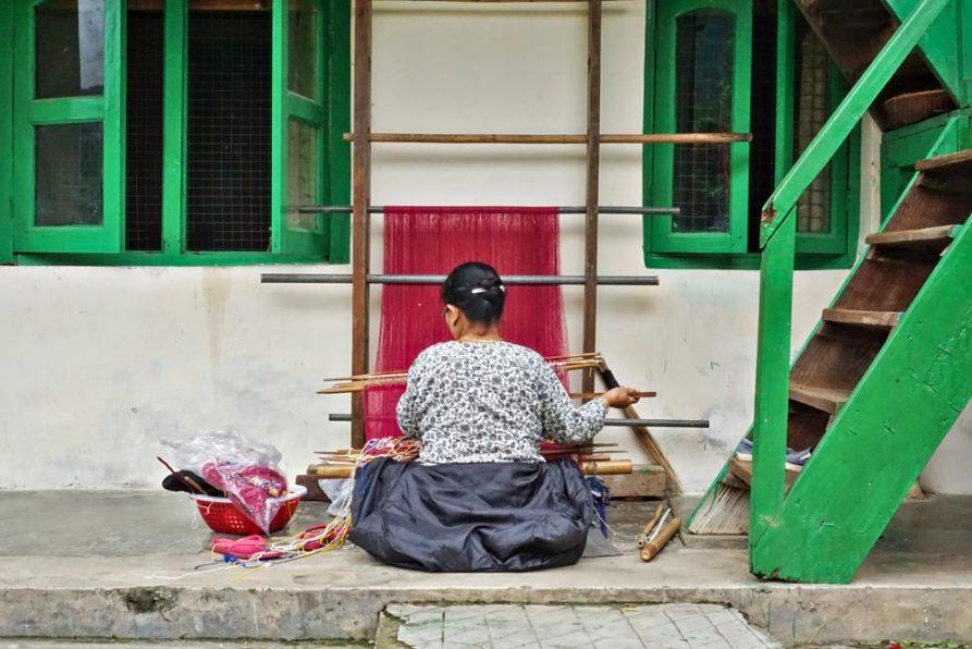 Monpa und Webrahmen, Sangti, Arunachal Pradesh