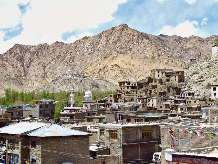 graue Flachbauten in Leh, Ladakh, Indien