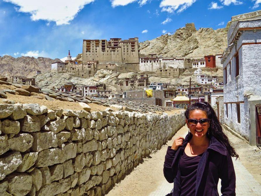 junge Frau vor dem Leh Palast, Leh, Ladakh