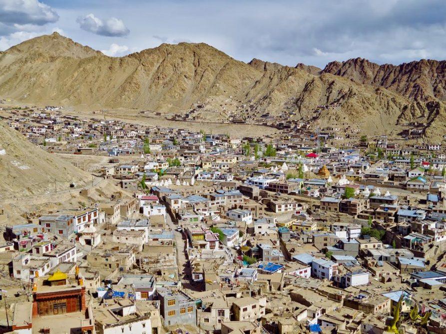 Blick auf die Lehmhäuser von Leh, Ladakh, Indien