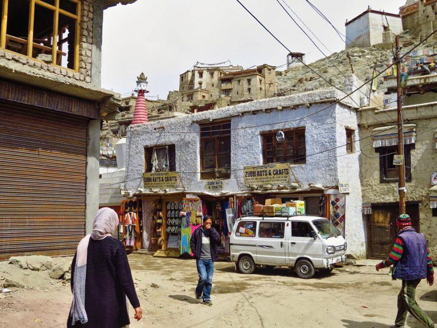 Gasse und traditionelle Häuser in Leh
