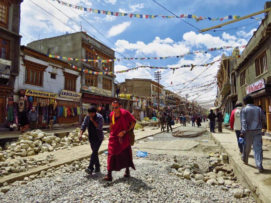 buddhistischer Mönch im Gespräch, Main Bazar, Leh, Ladakh