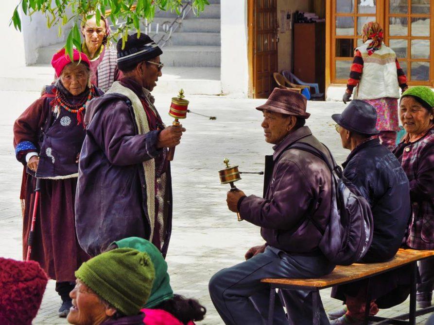 Männer drehen Handgebetsmühlen in Leh, Ladakh