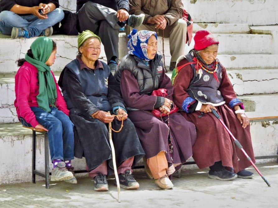 Frauen auf einer Bank in Leh, Ladakh