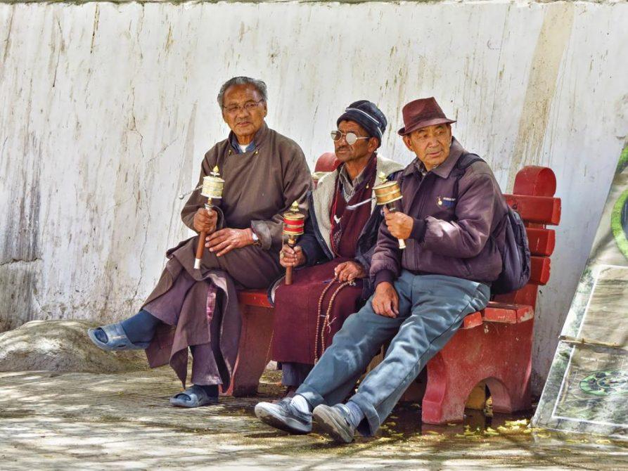 Männer drehen Handgebetsmühlen, Leh, Ladakh