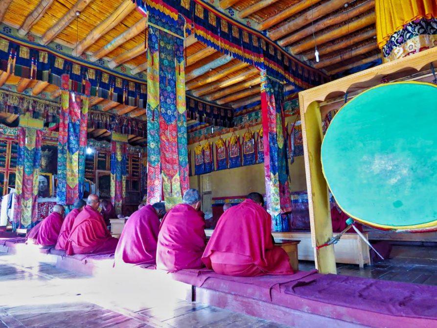 Mönche während der Morgenmeditation, Diskit